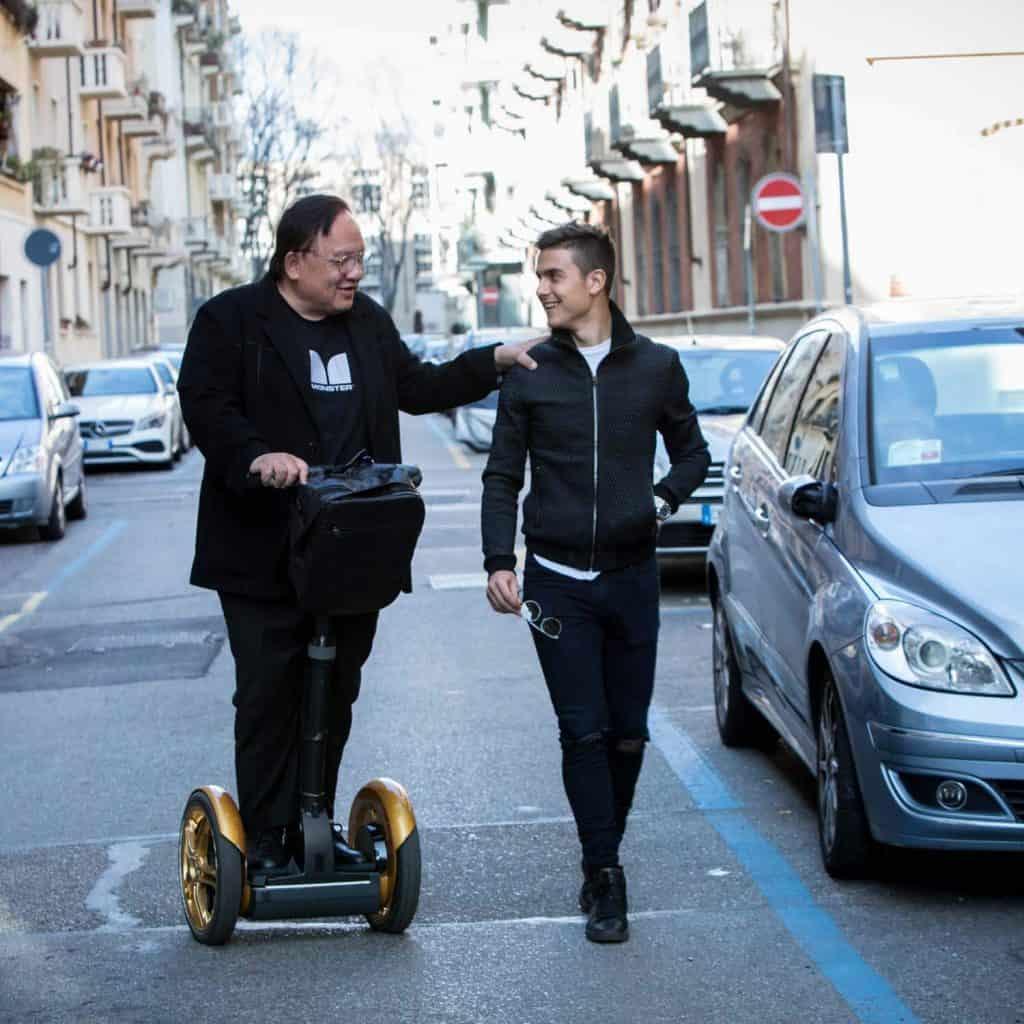 Paulo Dybala und der CEO von Monster auf einem Segway Roller, in Turin, Italien, Monster Cable Products, Inc., Eventfilm, WINGMEN Media