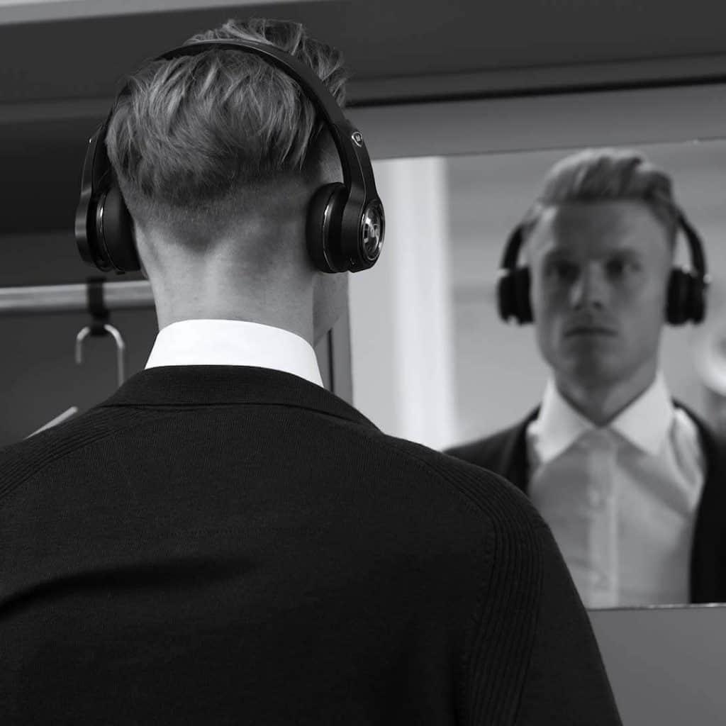 Ein Fußballspieler des VfL Wolfsburg steht vor einem Spiegel in Spielerkabine und trägt Monster Headphones, Monster Cable Products, Inc., Commercial, Werbefilm, WINGMEN Media