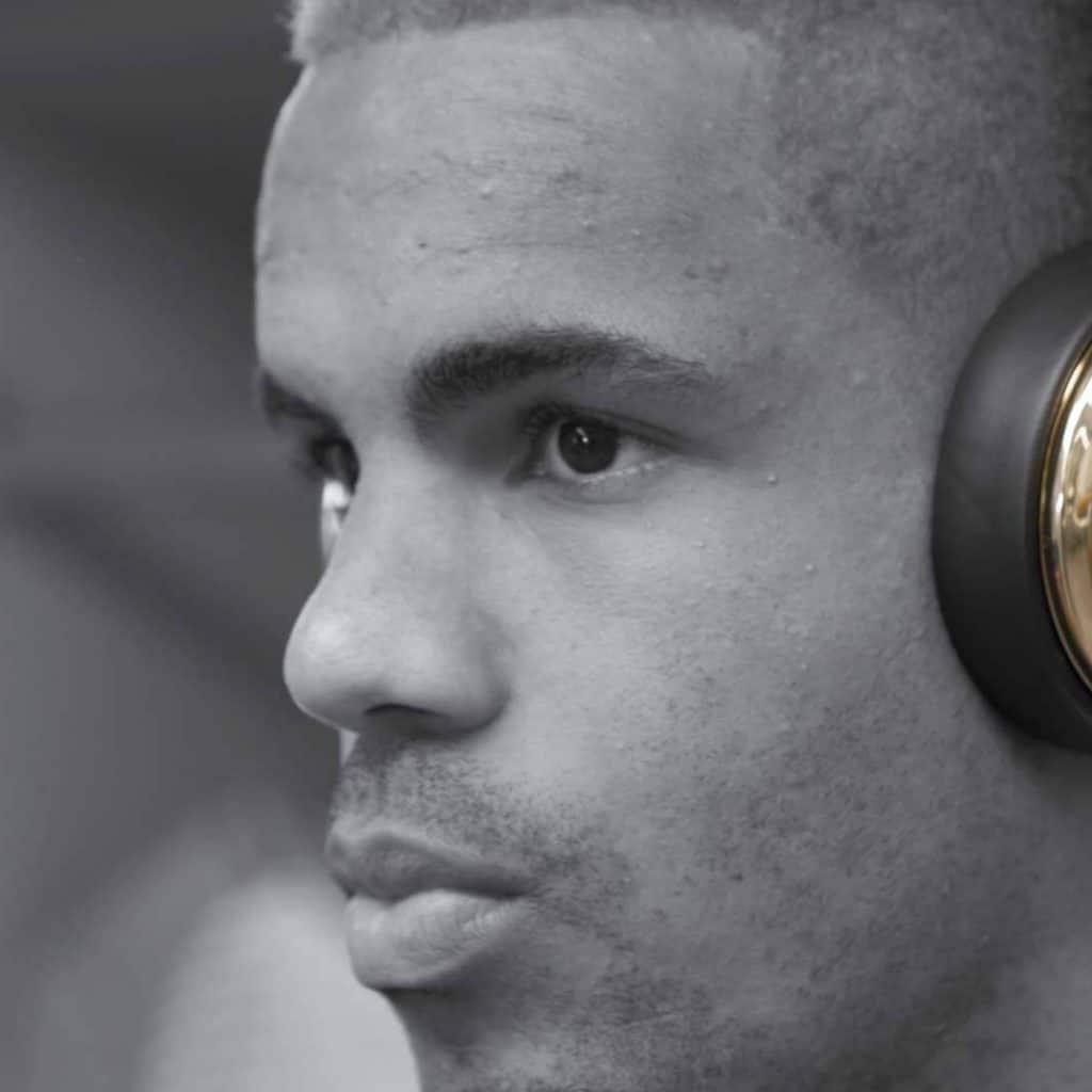 Ein Fußballspieler des VfL Wolfsburg mit goldenen Monster Headphones, Schwarzweiß Aufnahme, Monster Cable Products, Inc., Commercial, Werbefilm, WINGMEN Media
