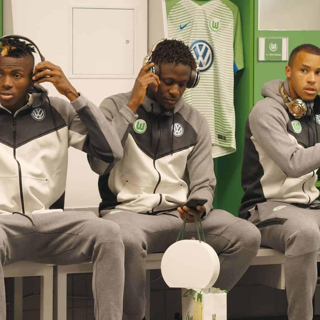Drei Fußballspieler des VfL Wolfsburg sitzen auf der Bank in Spieler Umkleide, alle tragen goldene Kopfhörer von Monster, Monster Cable Products, Inc., Teaser, Eventfilm, WINGMEN Media