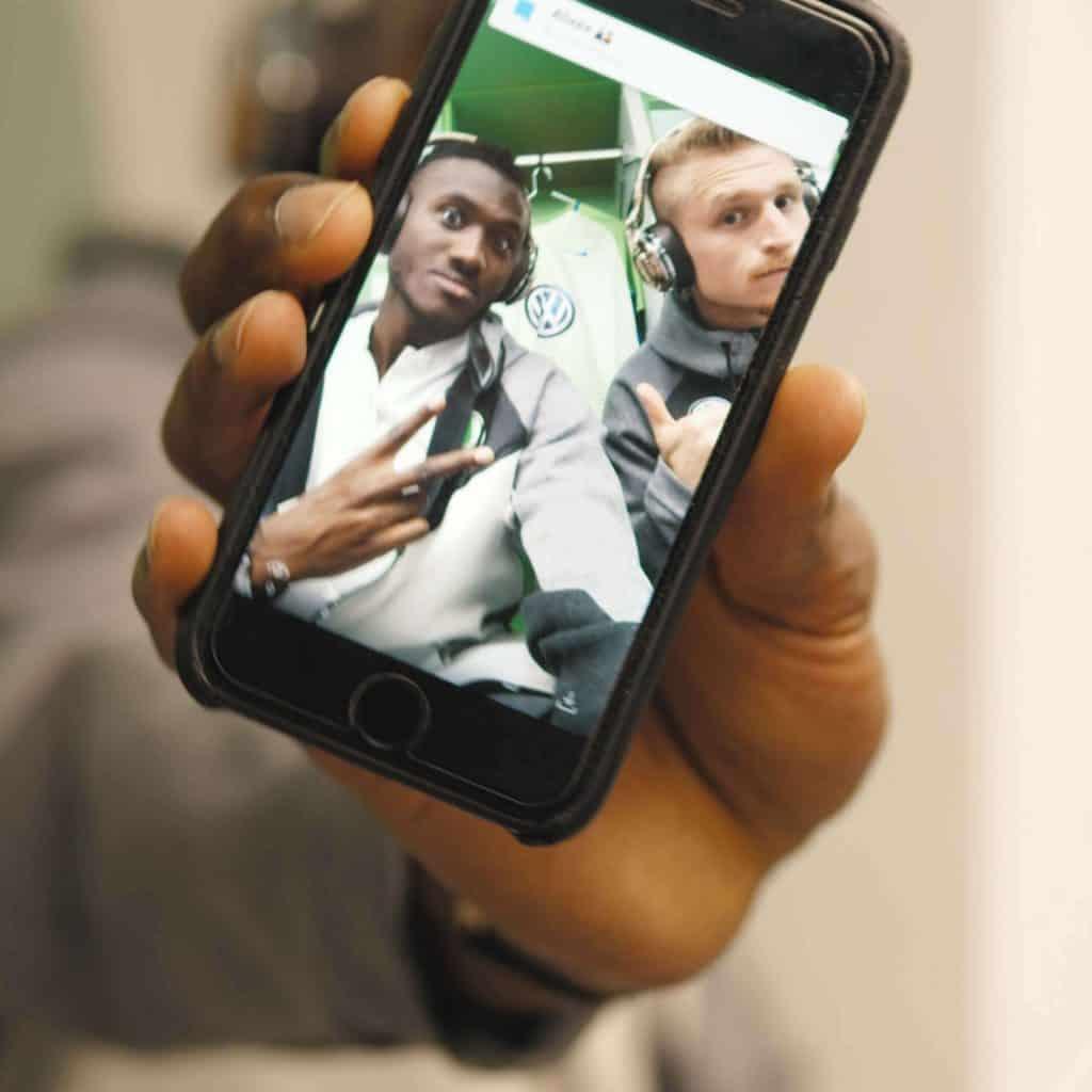 Ein Handy zeigt ein Selbstportrait von zwei VfL Wolfsburg Spielern in Umkleidekabine, beide tragen Monster Kopfhörer, Monster Cable Products, Inc., Teaser, Eventfilm, WINGMEN Media