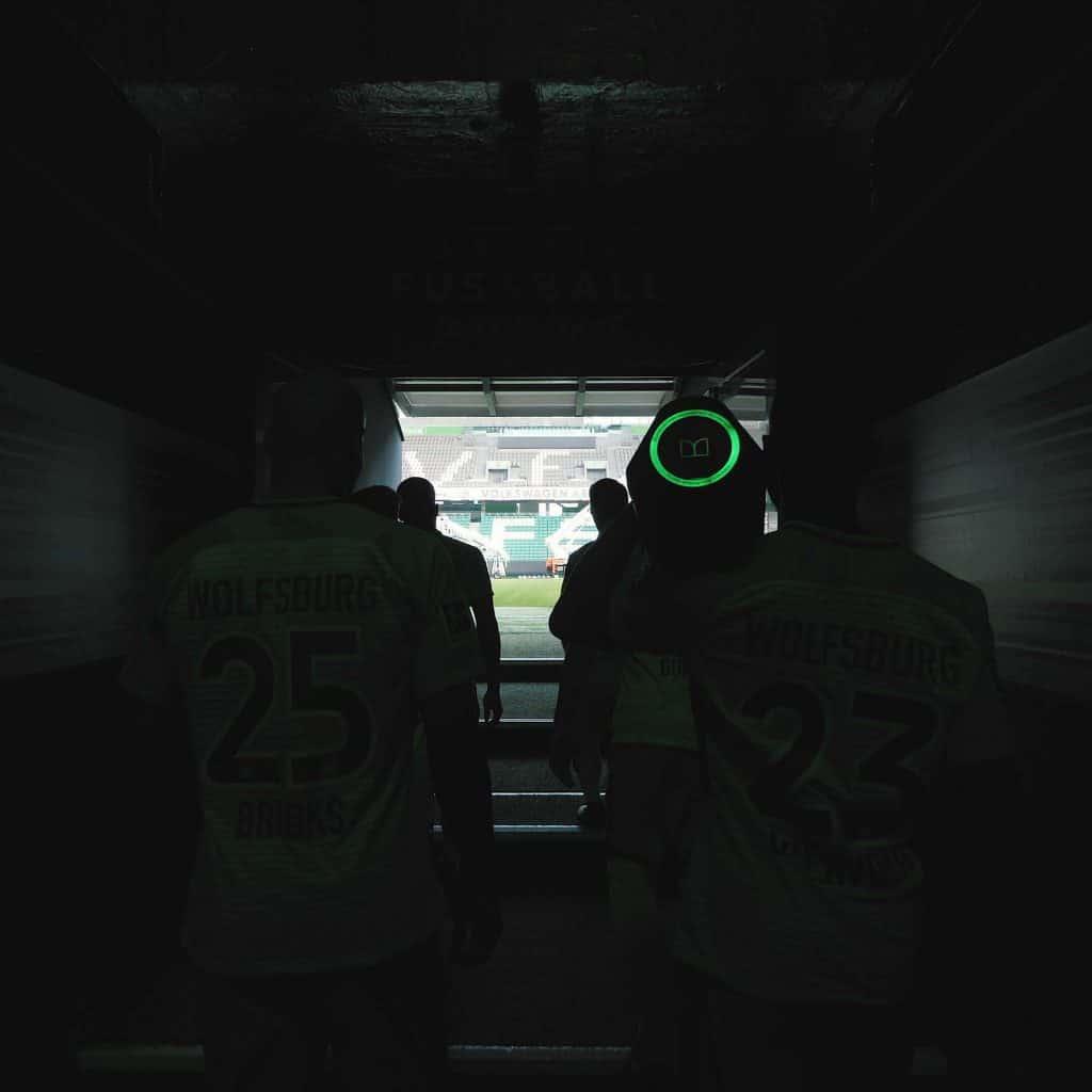 Fußballspieler des VfL Wolfsburg auf dem Weg ins Stadion, ein Spieler hält Monster Lautsprecher auf der Schulter, Monster Cable Products, Inc., Teaser, Eventfilm, WINGMEN Media