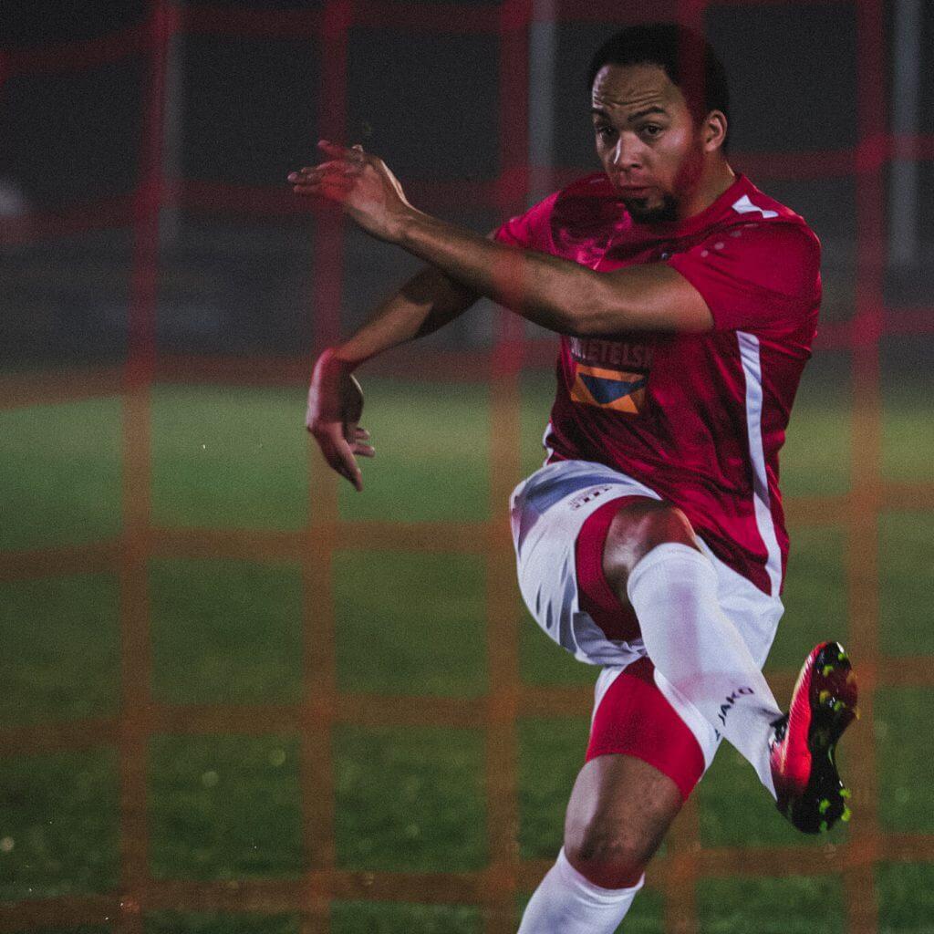 Ein Fußballer schießt ein Tor, Sport Shooting im Chiemgau, Ballspeedometer, Imagefilm, Werbefilm, Social Media, WINGMEN Media
