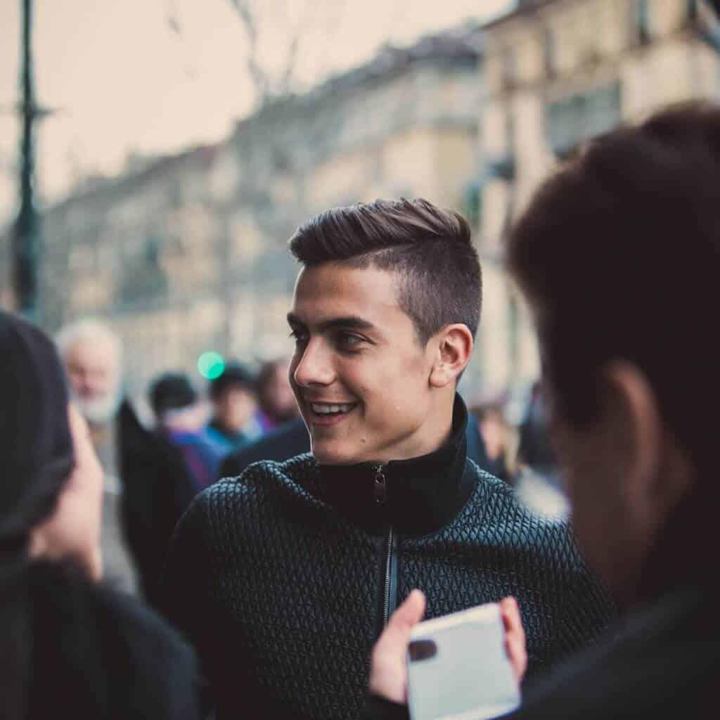 Der Fußballer Paulo Dybala in Turin, er lacht und ist umgeben von Fans, Monster Cable Products, Inc., Eventfilm, Produktfilm, WINGMEN Media