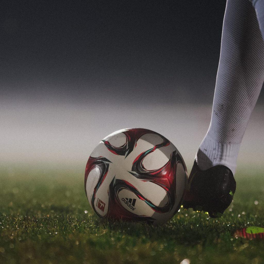 Ein Adidas Fußball auf dem Fußballrasen wird weggeschossen, bei Flutlicht, Sport Shooting, Ballspeedometer, Imagefilm, Werbefilm, Social Media, WINGMEN Media