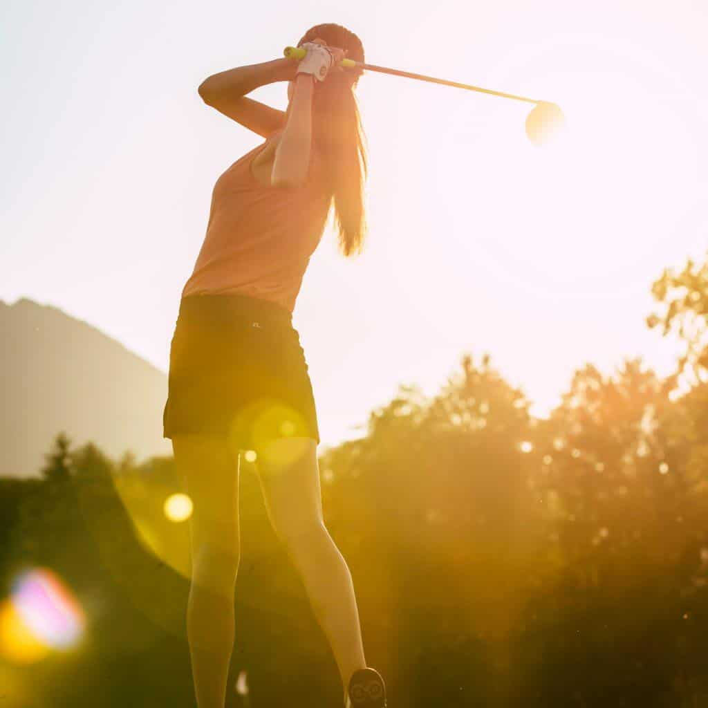 Eine Model, Golfspielerin beim Abschlag, Golfshooting im Chiemgau, Ballspeedometer, Imagefilm, Werbefilm, Social Media, WINGMEN Media