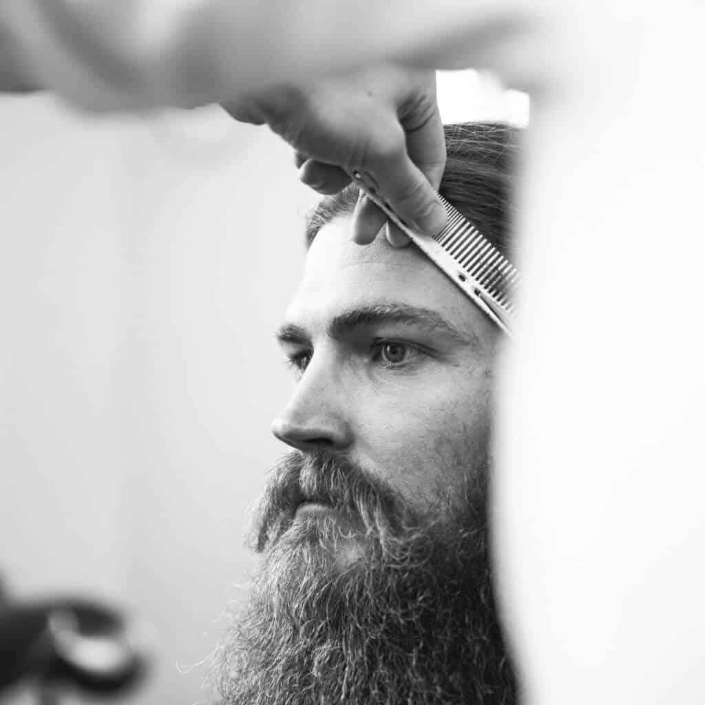 Close Up von Kunde bei Barbier, Bartpflege, Schnitt, schwarzweiß Aufnahme, steinzeit für haare, Recruitingfilm, WINGMEN Media