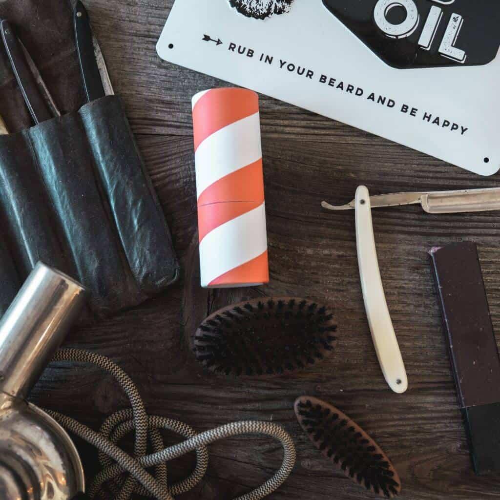 Vintage Utensilien in Steinzeit Barber Shop, Bürste, Föhn, ein Schild, steinzeit für haare, Recruitingfilm, WINGMEN Media