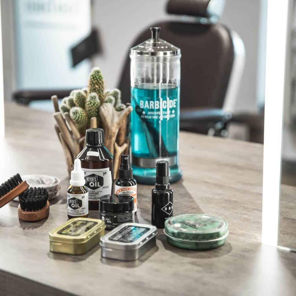 Bart Pflegeprodukte im Barber Shop, Vintage, Öl, im Spiegel sieht man Friseurstuhl, steinzeit für haare, Recruitingfilm, WINGMEN Media