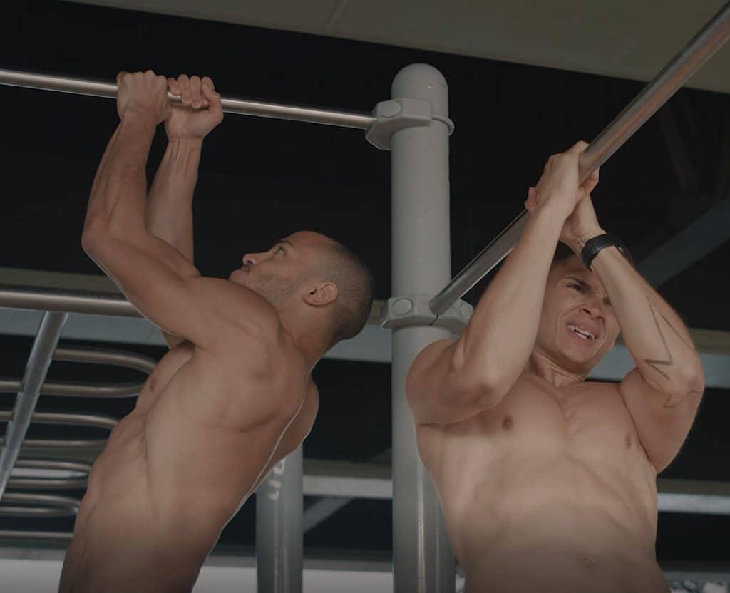 Zwei junge Männer machen oberkörperfrei Sport, Klimmzüge, Workout, digitaler Coach, Freeletics, Trailer, Social Media Kampagne, WINGMEN Media