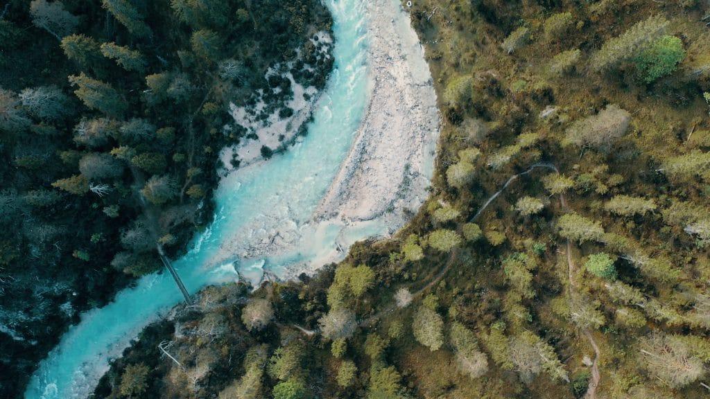 Ein Fluss und eine Brücke zwischen Wäldern, Bäumen, klares Wasser, Natur, Lebensräume, nordweis Unternehmensgruppe, Imagefilm, Moodfilm, WINGMEN Media