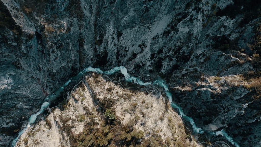Luftaufnahme von einem schmalen Fluss zwischen Berg, Felsen, Räume für das Leben, Lebensräume, nordweis Unternehmensgruppe, Imagefilm, Moodfilm, WINGMEN Media