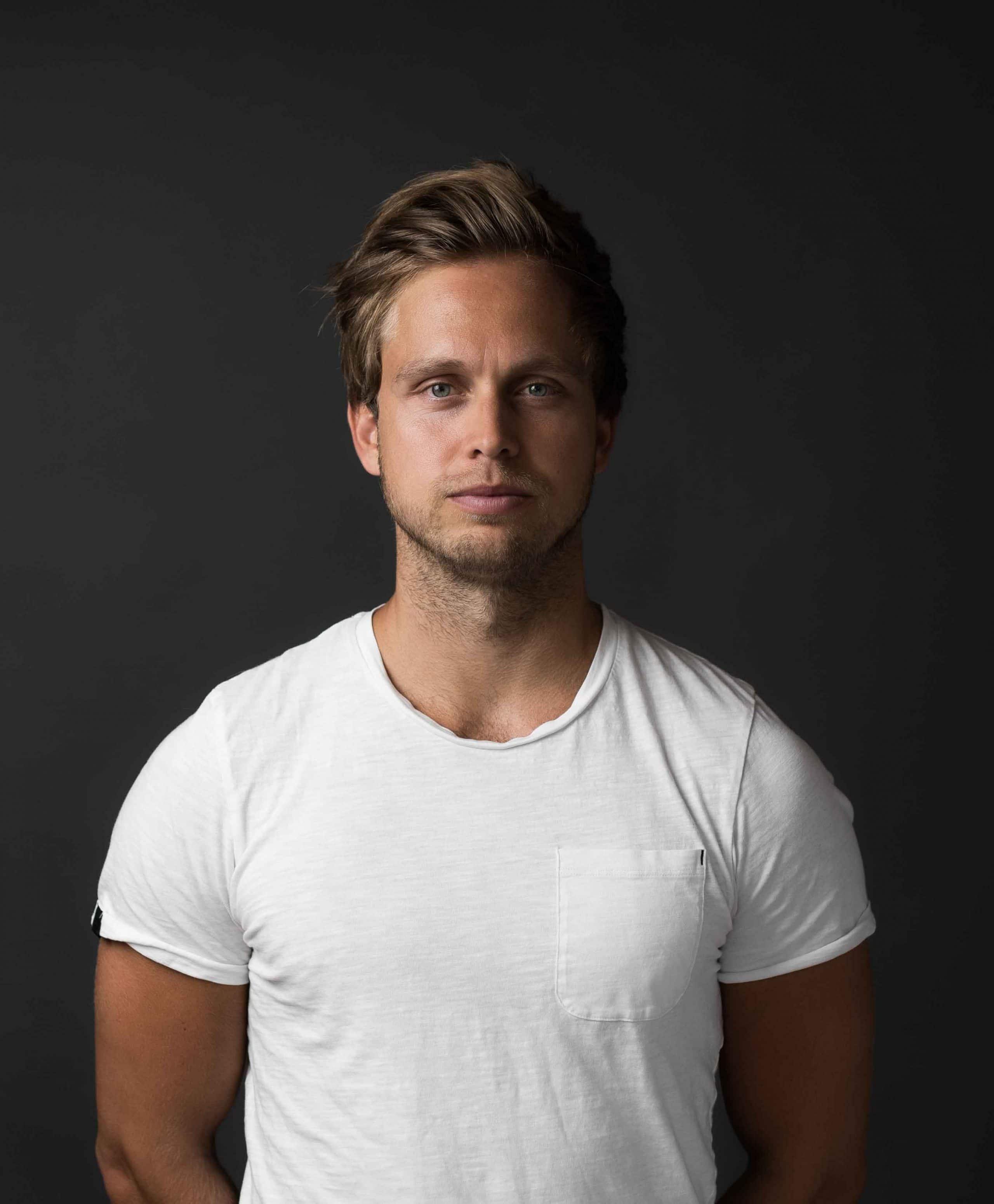 Portrait von Tim König, Gründer, Producer, Finanzen von WINGMEN Media, Team, Studio Portrait, Unternehmensfotografie, WINGMEN Media