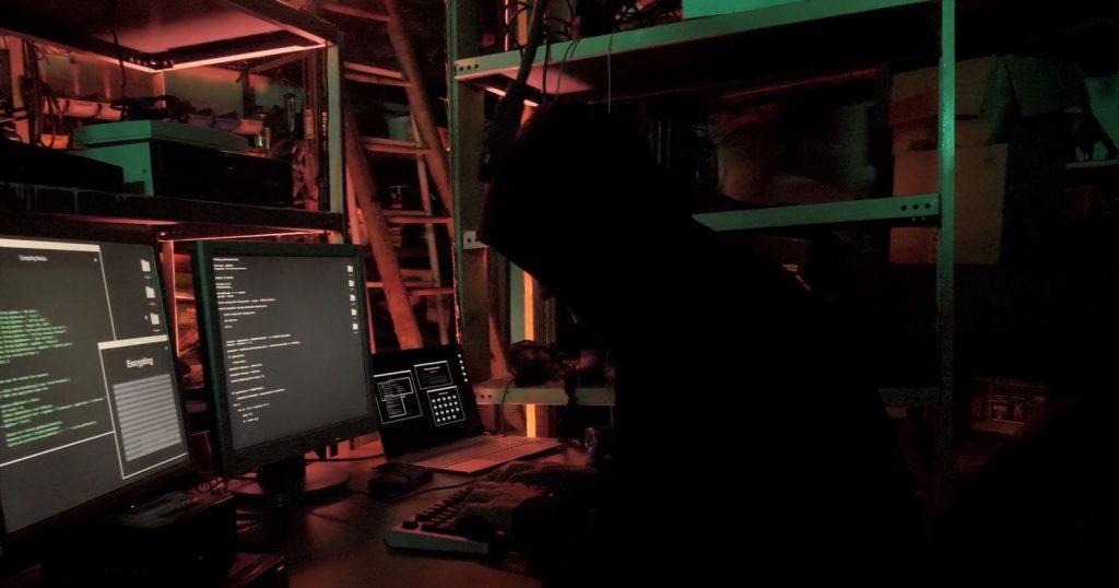 Ein böser Hacker sitzt an seinem Computer und hackt, Versteck, Arbeitsplatz, meet true Heros, IT-SA - Die IT-Security Messe und Kongress, Webespot, pre-roll-ad, WINGMEN Media