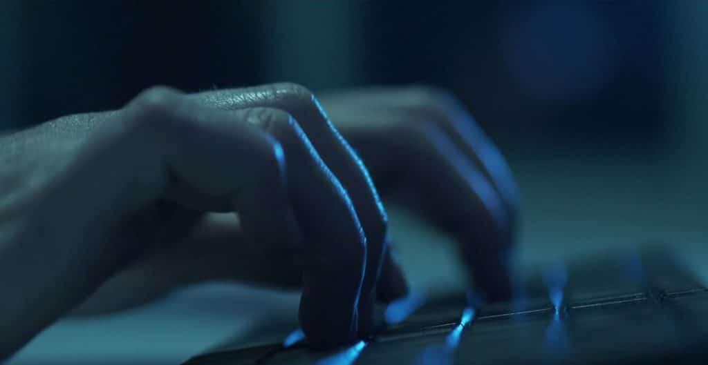 Finger tippen auf Computertastatur, nachts, blaues Licht, Kampf gegen bösen Hacker, IT-SA - Die IT-Security Messe und Kongress, Werbespot, pre-roll-ad, Event teaser, WINGMEN Media