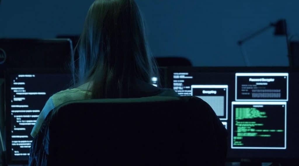 Eine Frau sitzt an Computer mit mehreren Bildschirmen und rettet die Welt vor bösem Hacker, meet true heros, weibliche Hero Figur, IT-SA - Die IT-Security Messe und Kongress, Werbespot, pre-roll-ad, Event teaser, WINGMEN Media