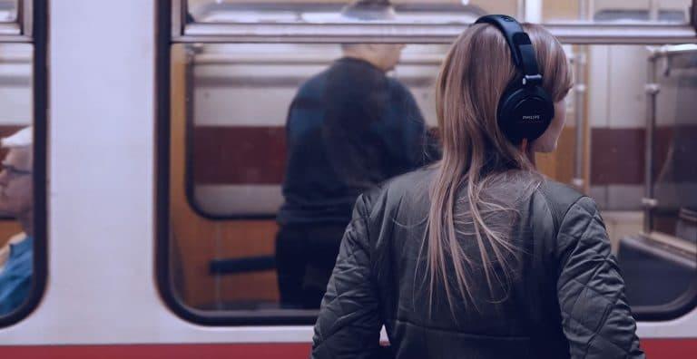 Eine Frau mit Kopfhörer steht vor U-Bahn und steigt ein, unbekannte Heldin, Hero Figur, IT-SA - Die IT-Security Messe und Kongress, Werbespot, pre-roll-ad, Event teaser, WINGMEN Media