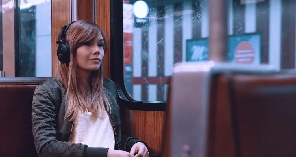 Eine Frau mit Kopfhörer sitzt in U-Bahn und sieht aus dem Fenster, weibliche hero Figur, Europas größte Fachmesse für IT-Sicherheit, IT-SA - Die IT-Security Messe und Kongress, Werbespot, pre-roll-ad, Event teaser, WINGMEN Media