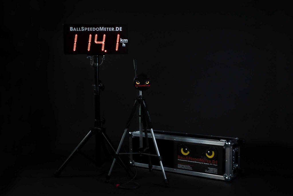 Ein professionelles Ballgeschwindigkeitsmessgerät von BallSpeedoMeter, Ballspeed-Messung, Anzeige der Geschwindigkeit, Messgerät, Koffer, Aufnahme im Fotostudio, Ballspeedometer, Produktfotografie, WINGMEN Media