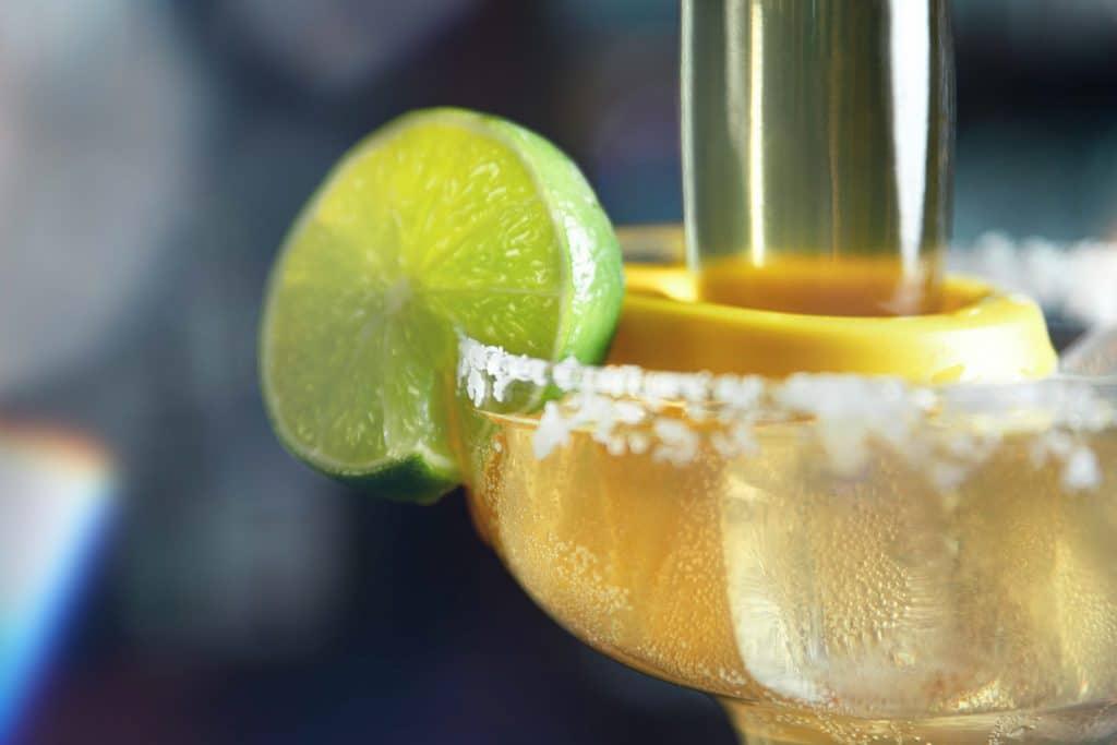 Detailaufnahme von einem Cocktail mit Zuckerrand am Glas und Limette, Eiswürfel, Tiefenschärfe, Cocktailbar, Aschau, Chalet Cocktailbar, Produktfotografie, Food Fotografie, WINGMEN Media
