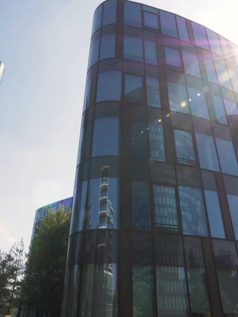 Außenansicht einer Gewerbeimmobilien Fassade, Fenster, Lensflare, Gewerbeimmobilien in Österreich und der gesamten CEE-Region, MG Real Estate GmbH, Immobilienfotografie, Imagefilm, WINGMEN Media