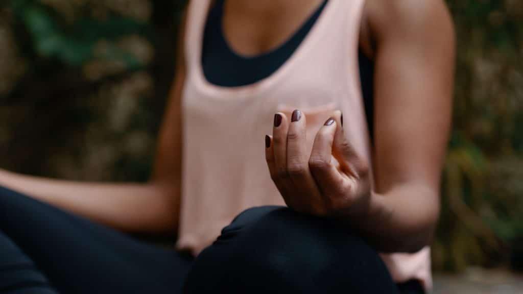 Detailaufnahme einer Yoga Position, Schneidersitz, Hand einer Frau, Entspannung und Mindfulness, My Blossom, Imagefilm, Erklärfilm, Teaser, WINGMEN Media