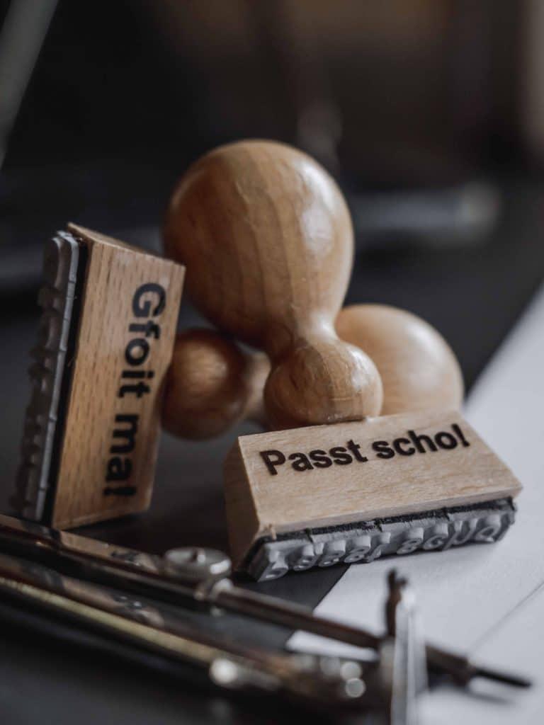 Zwei Stempel aus Holz mit den Aussagen