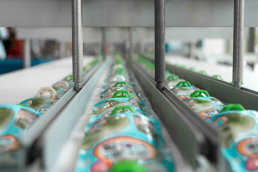 Verpackungen auf dem Fließband einer Verpackungsmaschine von Somic, Tag der offenen Tür, Hausmesse, SOMIC Verpackungsmaschinen GmbH & Co. KG, Unternehmensfotografie, Eventfotografie, WINGMEN Media