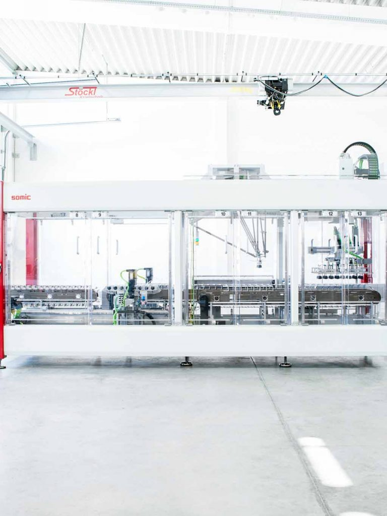 Eine SOMIC Verpackungsmaschine in cleaner, heller Halle, High-key, Amerang, SOMIC Verpackungsmaschinen GmbH & Co. KG, Produkt Fotografie, WINGMEN Media