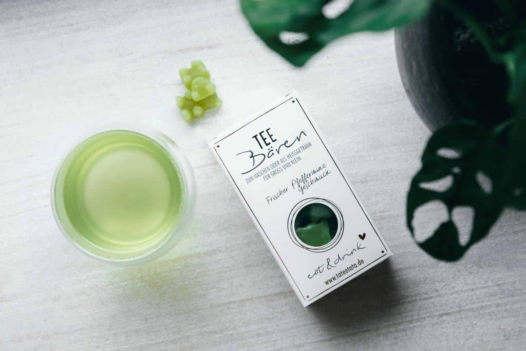 Topshot von einer Packung frische Pfefferminz Tee-Bären, liebevoll designte Verpackung, ein fertiger Tee und eine Pflanze, TaTeeTaTa, Produkt Fotografie, WINGMEN Media