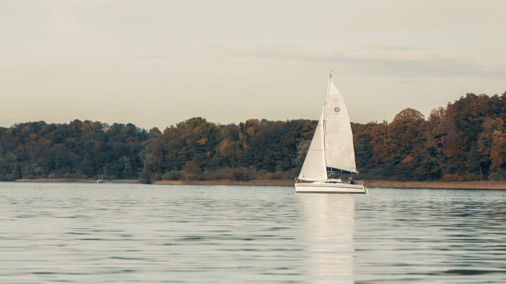 Totale von einem Segelboot, das auf dem Chiemsee segelt, Panorama, bayrisches Meer, Entspannung, Versicherungskammer Bayern, Werbespot, Erklärfilm, WINGMEN Media