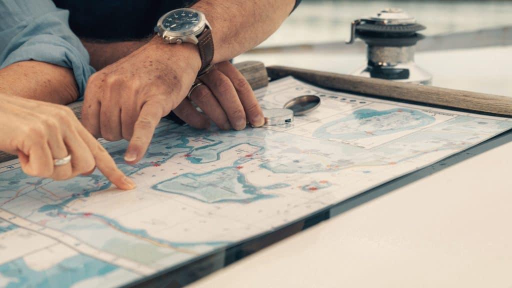 Hände eines Ehepaars, die auf eine Landkarte zeigen, Karte, Route finden, Chiemsee, Segeln, sorglos im Alter, SofortRente Invest, Versicherungskammer Bayern, Werbespot, Erklärfilm, WINGMEN Media