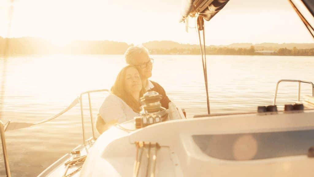 Ein Ehepaar entspannt in einem Segelboot im Chiemsee, Lensflare, Lichtstimmung, Segeln, SofortRente Invest, Versicherungskammer Bayern, Werbespot, Erklärfilm, WINGMEN Media