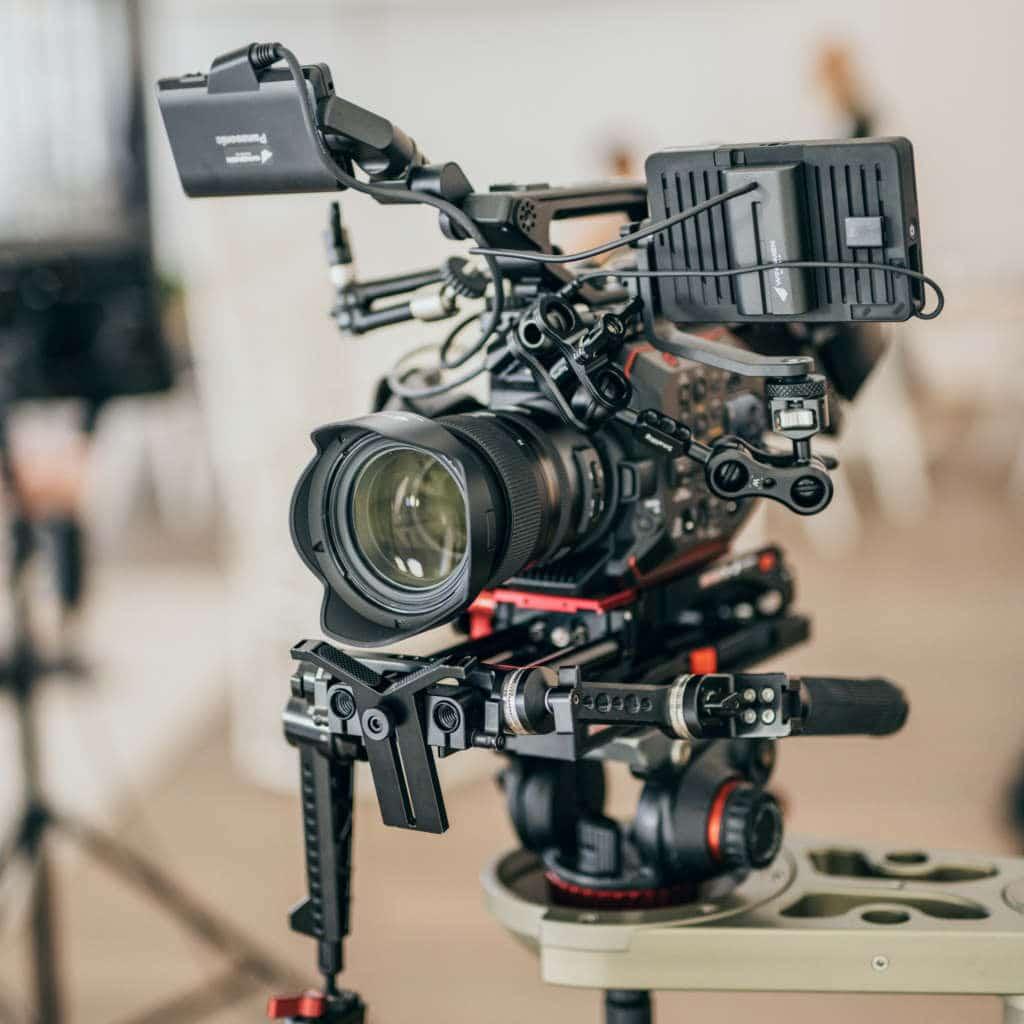 Eine Panasonic EVA1 Cine Kamera auf einem Kameradolly für App Content Dreh, My Blossom, Behind The Scenes Fotografie, WINGMEN Media