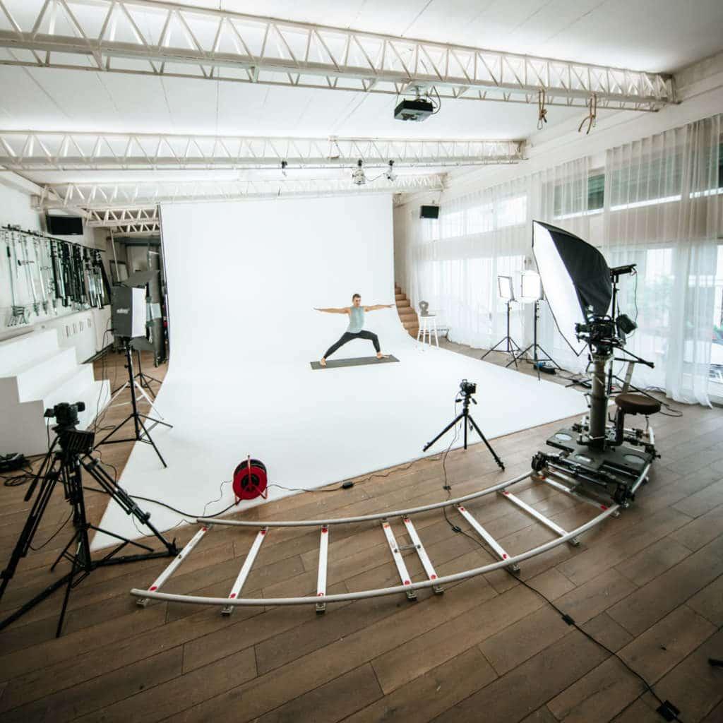 Behind the Scenes Aufnahme des Studio Setups für My Blossom App Dreh im Zillertalstudio in München, Yoga, eva1, My Blossom, Behind The Scenes Fotografie, WINGMEN Media
