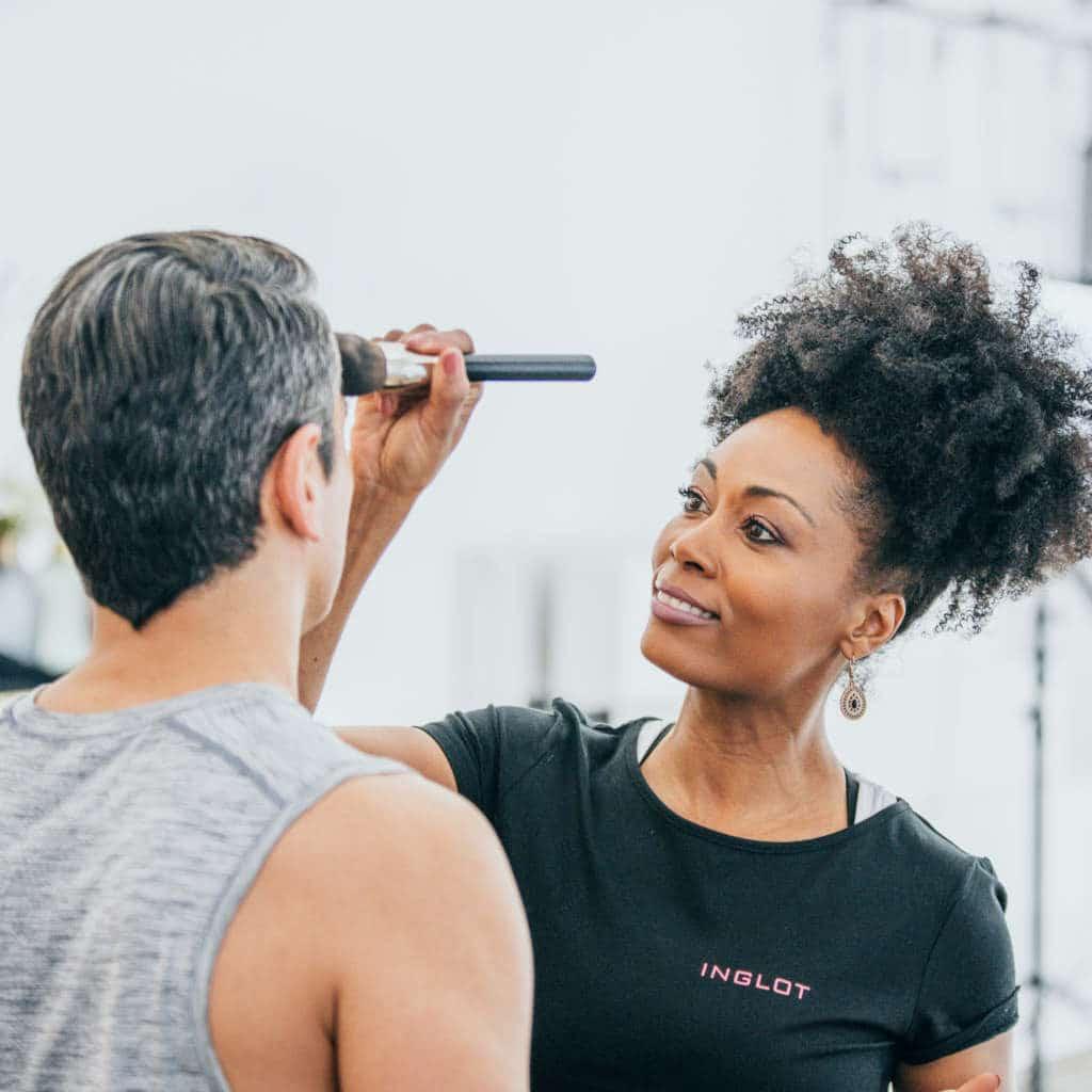 Ein Mann in der Maske für My Blossom App Dreh, Frau pudert Mann ab, Yoga, My Blossom, Behind the Scenes Fotografie, WINGMEN Media