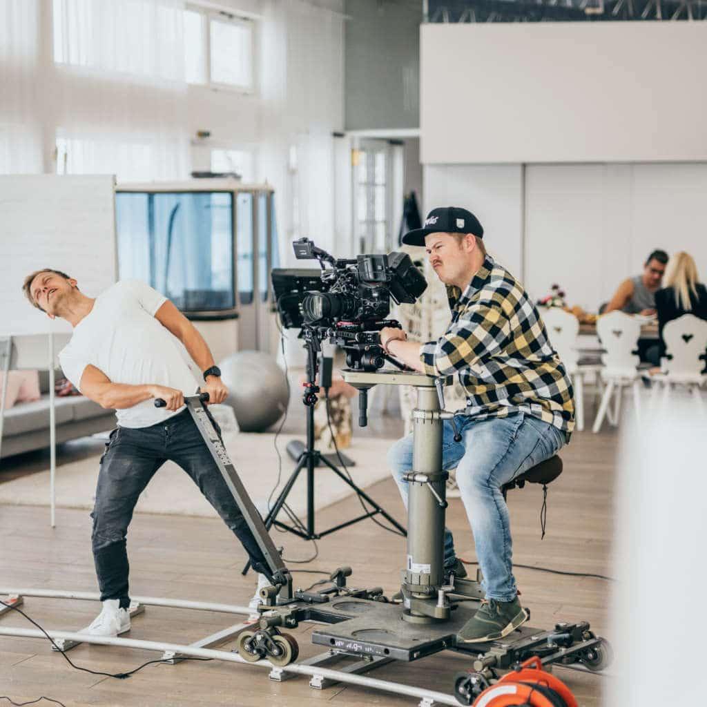 Filmcrew bei Kamerafahrt mit Dolly für App Commercial Dreh im Zillertalstudio in München, eva1, My Blossom, Behind The Scenes Fotografie, WINGMEN Media