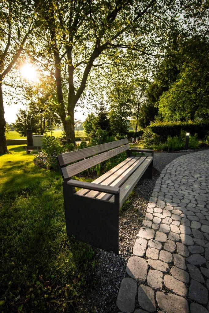Aufnahme einer Bank in einem Naturbestattungen Gedenkwald, fkz, lensflare, Friedhofs-Kompetenz-Zentrum GmbH & Co. KG, Unternehmensfotografie, WINGMEN Media