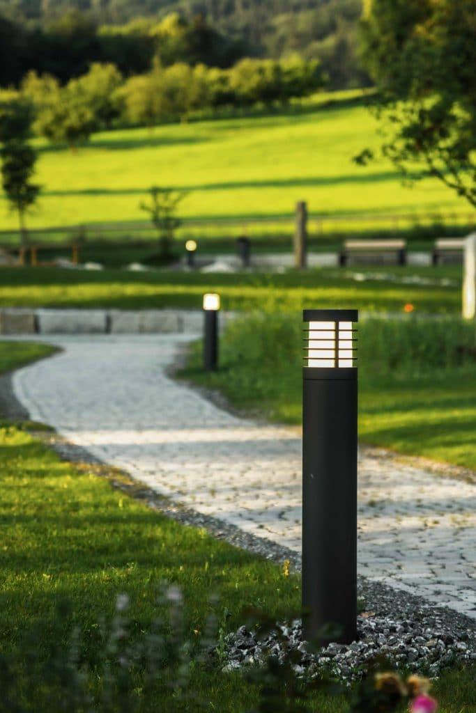 Außenleuchten am Wegrand in einem Naturbestattungen Gedenkwald, fkz, Friedhofs-Kompetenz-Zentrum GmbH & Co. KG, Unternehmensfotografie, WINGMEN Media