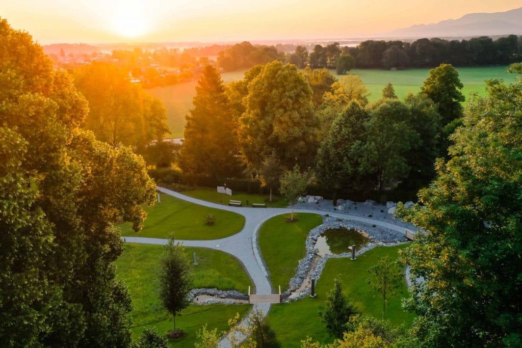 Ein Naturbestattungen Gedenkwald, Landschaft, grüne Wiese, Sonnuntergang, Friedhofs-Kompetenz-Zentrum GmbH & Co. KG, Unternehmensfotografie, Drohnenaufnahme, Social Media, WINGMEN Media