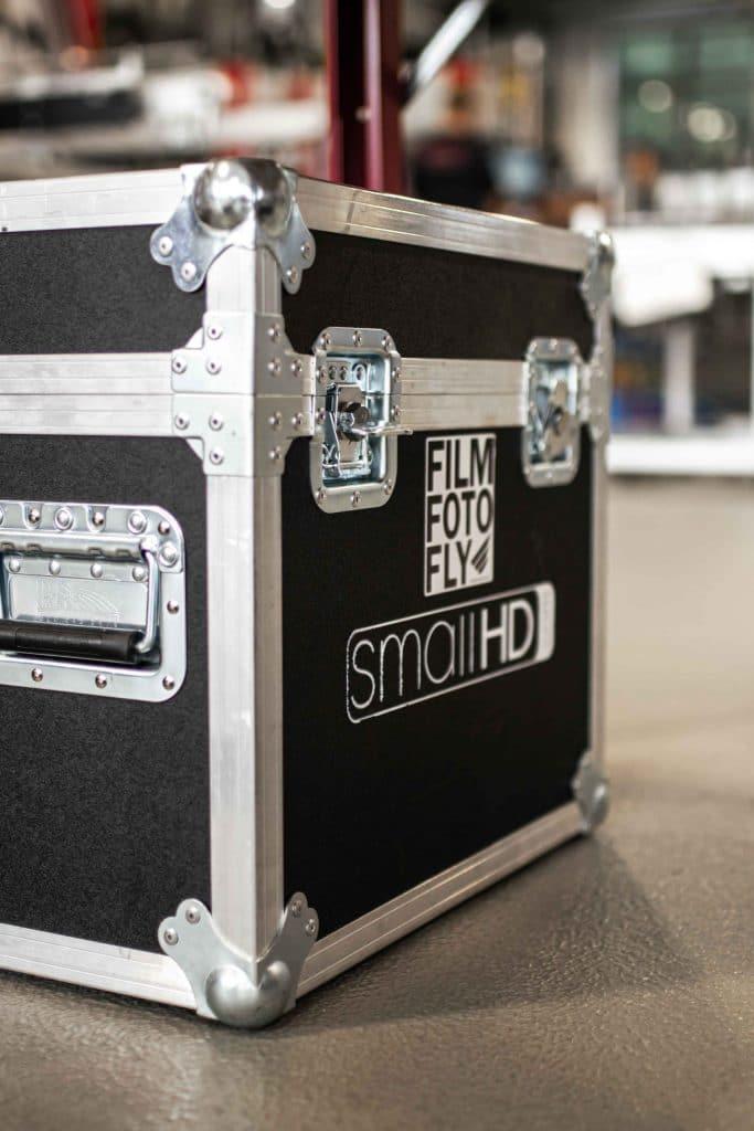 Koffer des SmallHD Referenzmonitor, Produktionsmonitor im Einsatz bei Filmdreh für Verpackungsmaschinen Hersteller, High-key, Somic GmbH, Behind The Scenes Fotografie, WINGMEN Media
