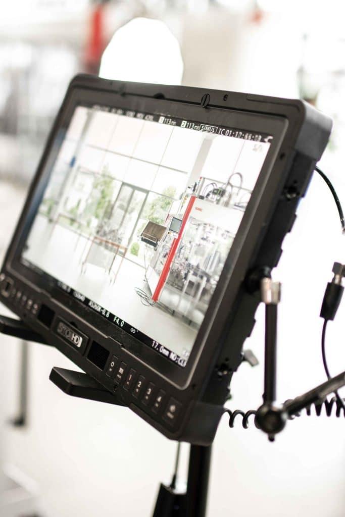 Ein SmallHD Referenzmonitor, Produktionsmonitor im Einsatz bei Filmdreh für Verpackungsmaschinen Hersteller, High-key, Somic GmbH, Behind The Scenes Fotografie, WINGMEN Media
