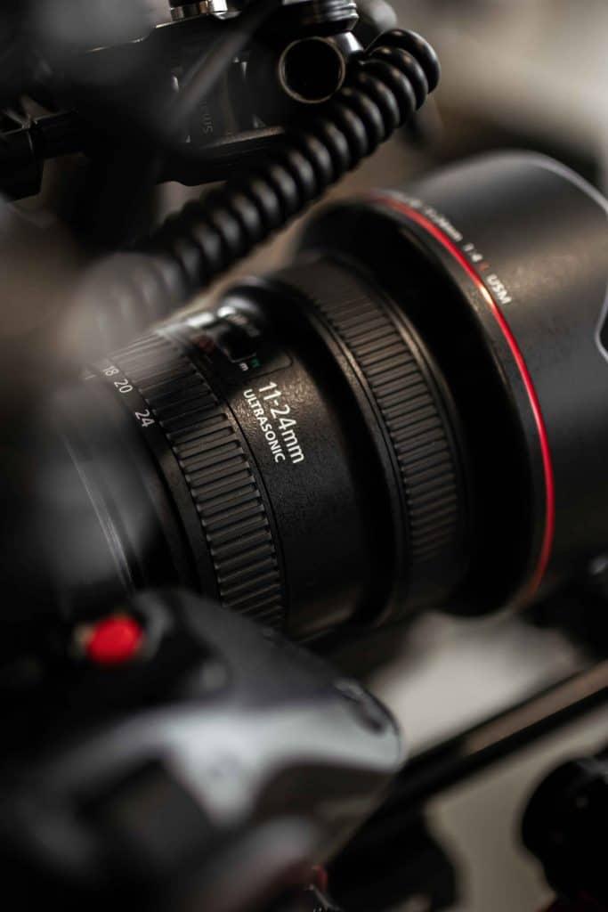 Eine 11-24mm Optik bei einem Dreh für Verpackungsmaschinen Hersteller, Panasonic EVA1, Somic GmbH, Behind The Scenes Fotografie, WINGMEN Media