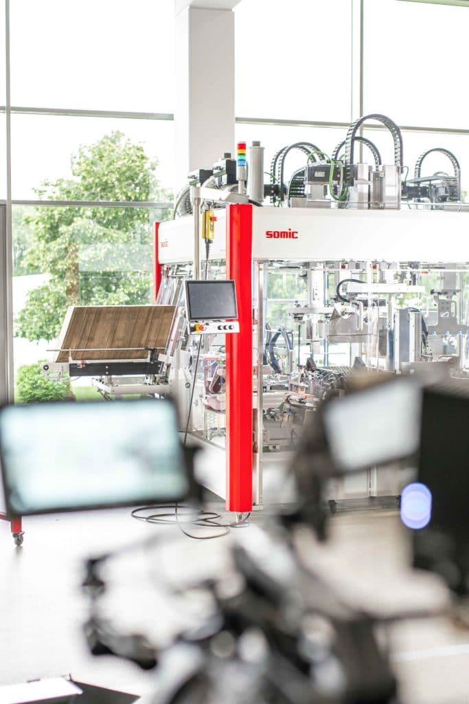 Behind The Scenes Aufnahme einer Verpackungsmaschine, EVA1, High-key, Somic GmbH, Behind The Scenes Fotografie, Unternehmensfotografie, WINGMEN Media