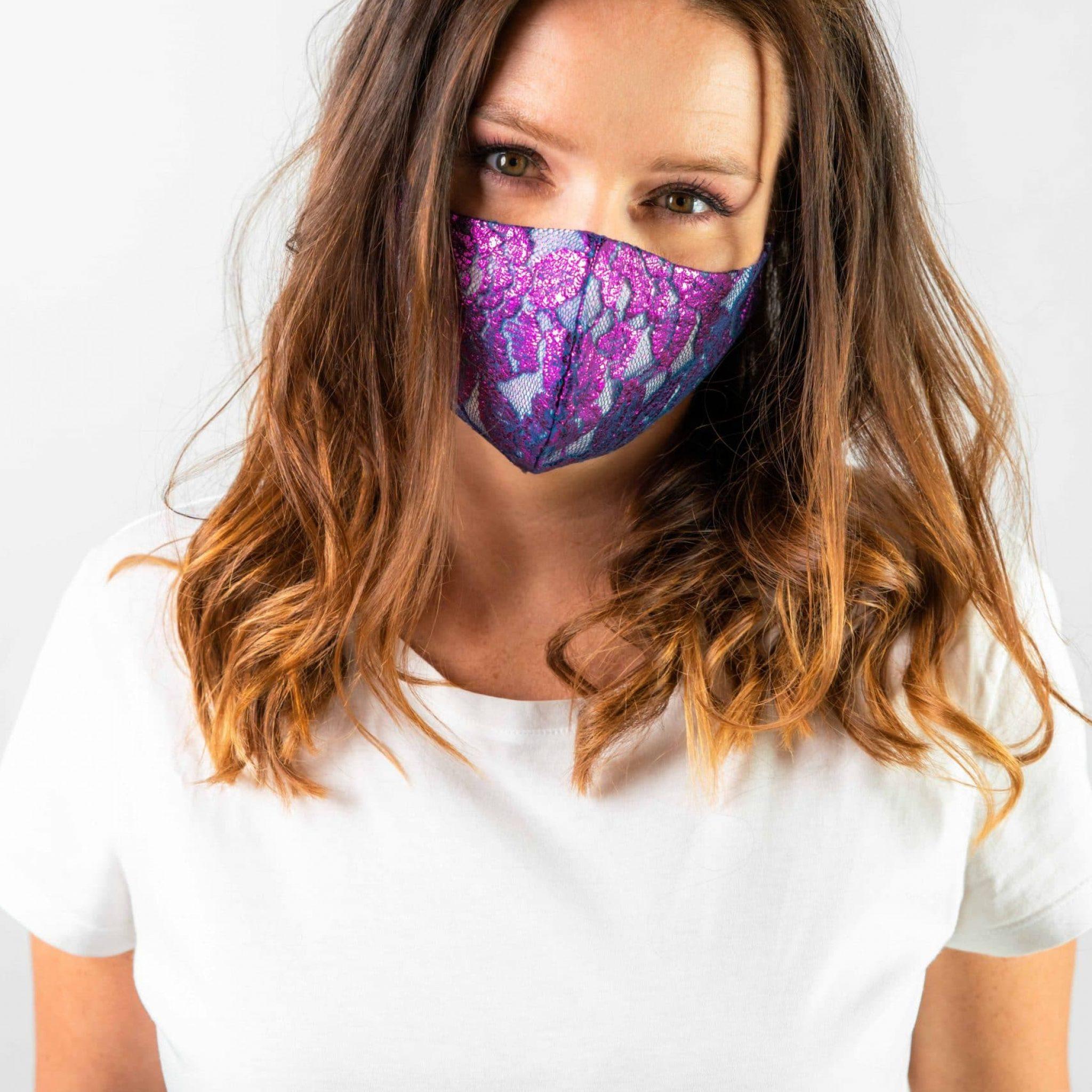 Studioaufnahme einer Frau mit edlen spitzen Maske vor weißem Hintergrund, Smile for Change Maske, My Blossom, Produktfotografie, WINGMEN Media