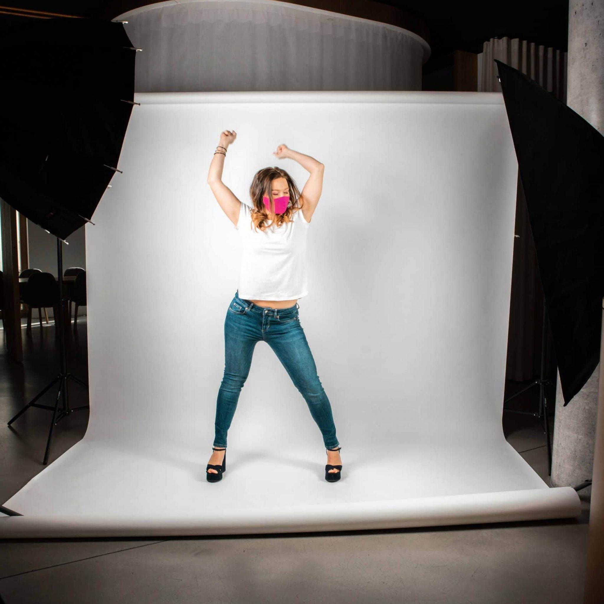 Eine Frau bei Studioaufnahmen für Smile for Change Maske, My Blossom, Behind The Scenes Fotografie, WINGMEN Media