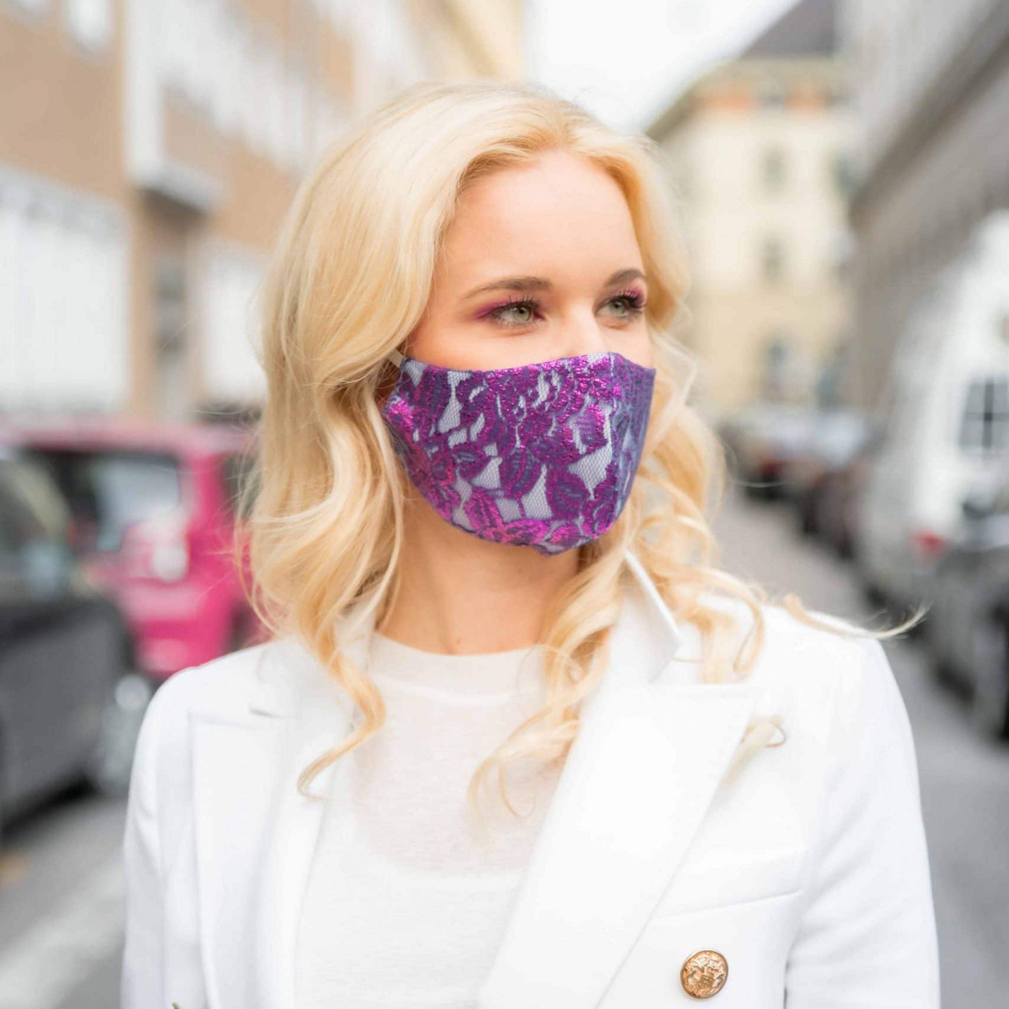 Portrait einer Frau mit edler spitzen Maske in der Stadt unterwegs, Smile for Change Maske, My Blossom, Produktfotografie, Lifestylefotografie, WINGMEN Media