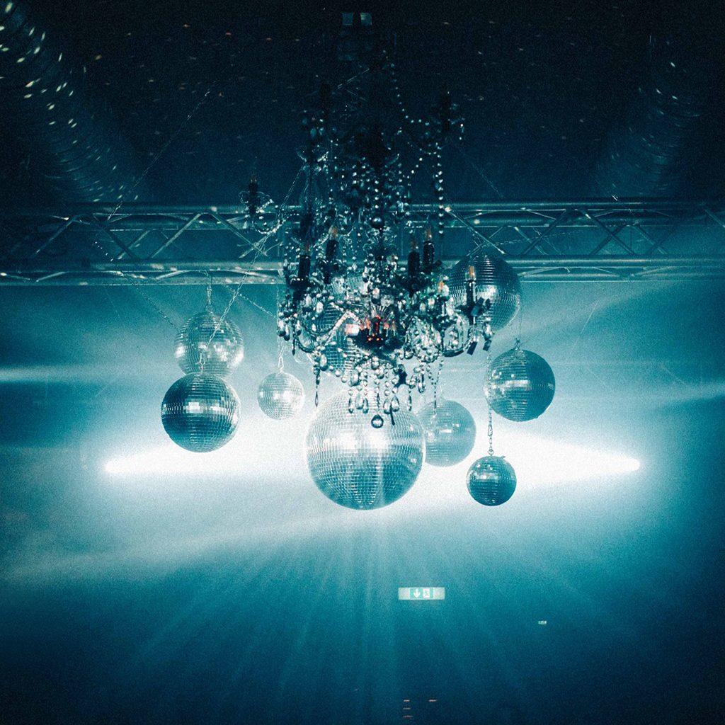 Diskokugeln des Eiskeller Clubs in Aschau, Club zwischen Salzburg und München, Eiskeller Club, Moodfilm, Social Media Teaser Events, WINGMEN Media