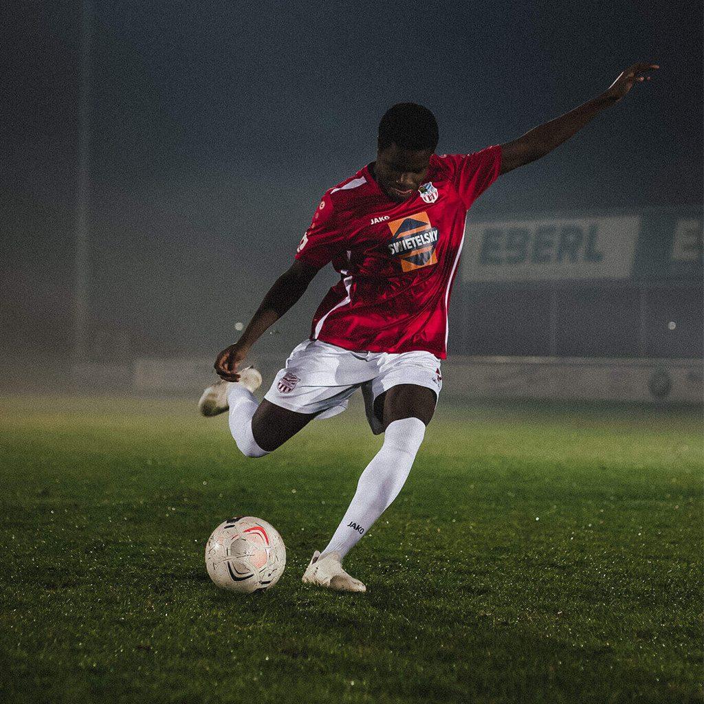 Ein Fußballer beim Flutlichttraining mit professioneller Ballgeschwindigkeitsmessung, Ballspeedometer, Imagefilm, Werbefilm, Produktfotografie, Social Media, WINGMEN Media