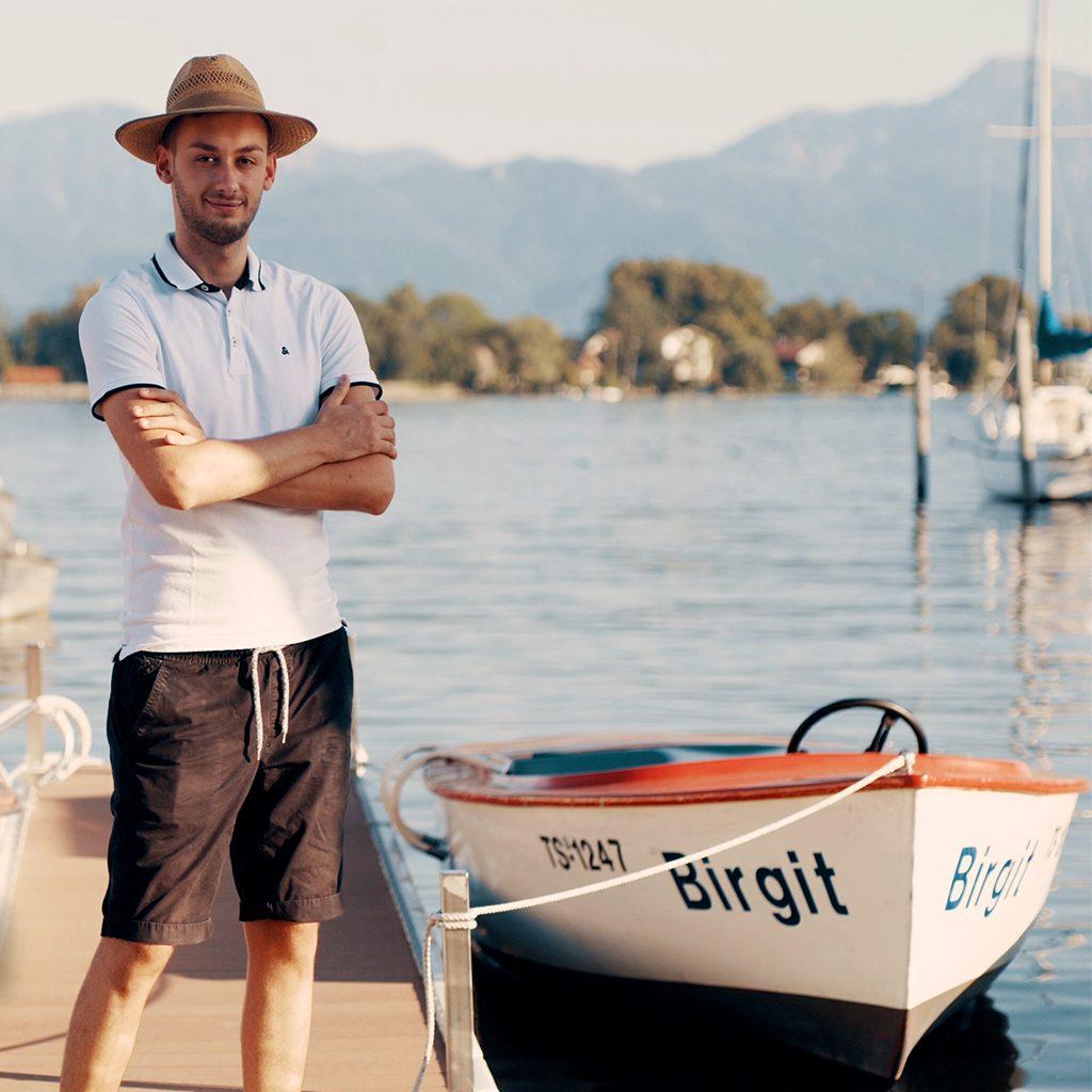 junger Mann bei Arbeit am Bootsverleih, Lieblingsplatzerl, Recruitingfilm, WINGMEN Media